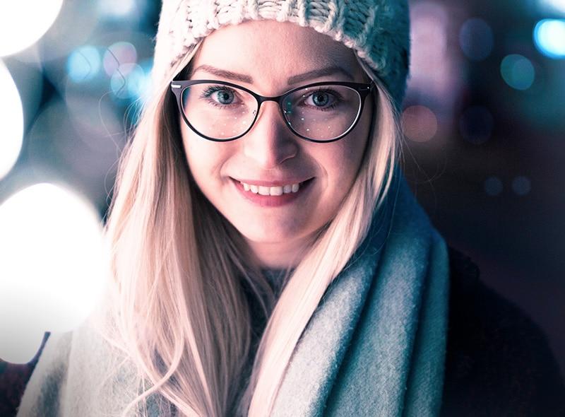jeune fille blonde porte des lunettes et un bonnet